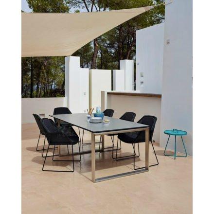 """Gartenstuhl """"Breeze"""" von Cane-line, Gestell Stahl schwarz, Sitzfläche Polyrattan schwarz und Ausziehtisch """"Edge"""" mit Tischplatte HPL grau"""