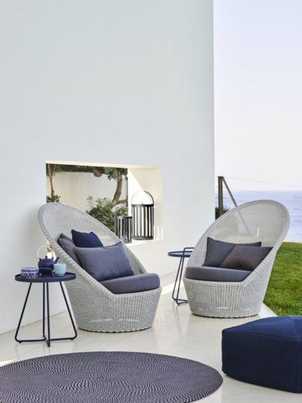 """Sunchair """"Kingston"""", Polyrattan weiß-grau mit Kissen blau und Beistelltisch """"On-the-move"""" sowie Ountdoor-Teppich """"Defined"""" blau, von Cane-line"""