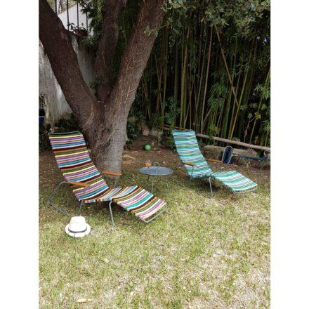 """Houe Sunlounger """"Click"""", Gestell Stahl grau, links Kunststoff bunt, rechts Kunststoff kühle Farben, Tisch """"Eyelet"""" midnight blue"""