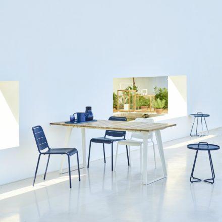 """Cane-line Gartentisch """"Copenhagen"""", Gestell Aluminium weiß, Tischplatte Teakholz und Gartenstuhl """"Copenhagen"""" (City Chair) Aluminium midnight blue und weiß"""