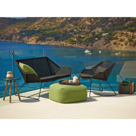 """Loungesofa und Loungesessel """"Breeze"""" von Cane-line, Gestell Stahl schwarz, Sitzfläche Polyrattan schwarz und Gartenhocker """"Divine"""" in grün"""