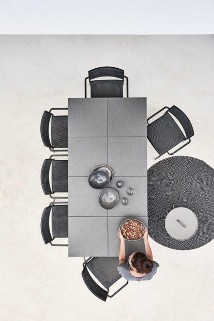 """Cane-line Gartentisch """"Pure"""", Tischplatte Keramikfliesen grau und Gartenstuhl """"Less"""""""