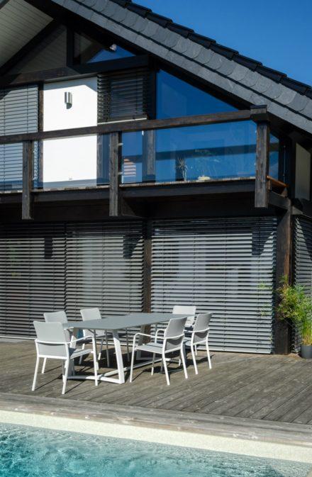 Jati&Kebon Gartentisch Xanten, Gestell Aluminium weiß, Tischplatte Glas hellgrau