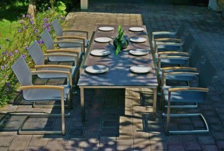 """Zebra """"Kubex"""", Gartentisch, Tischplatte HPL slate grey und Swing Sessel """"Setax"""", Textilgewebe anthrazit, Armlehnen Teakholz"""