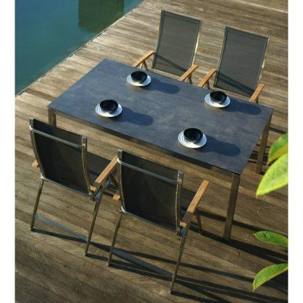 """Zebra Klappsessel """"One"""", Gestell Edelstahl, Teakarmlehnen, Sitzfläche Textilgewebe carbon grey und Tisch Opus 180x100 mit Tischplatte Sela Beton"""