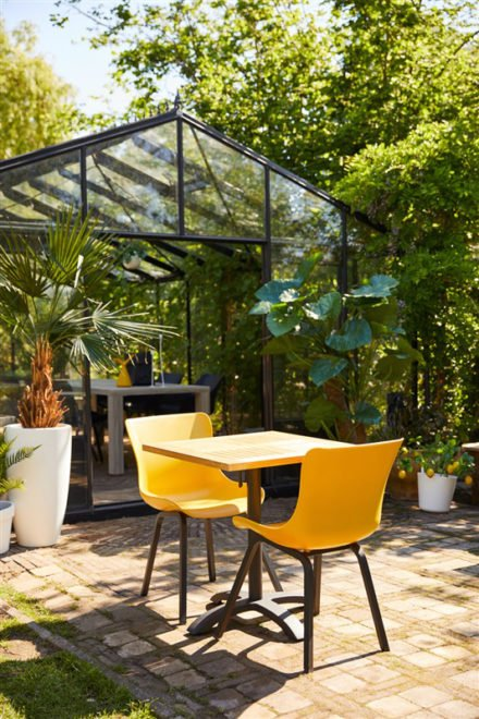 "Hartman ""Sophie Element"" Dining Chair, Gestell Aluminium carbon black, Sitzschale curry yellow mit ""Sophie"" Bistrotisch, Teakplatte"
