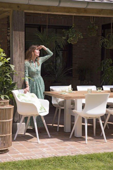 "Hartman ""Sophie Studio"" Dining Chair und Armchair, Gestell Aluminium royal white, Sitzschale royal white mit ""Sophie Yasmani"" Gartentisch, Gestell Aluminium white, Teakplatte"