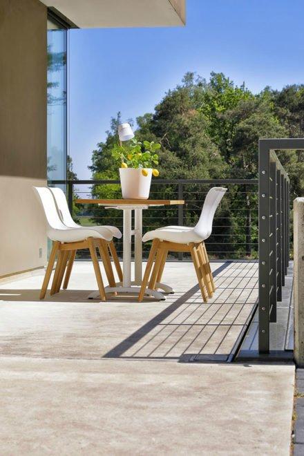 """Hartman """"Sophie"""" Dining Chair, Gestell Teakholz, Sitzschale Kunststoff royal white mit """"Sophie"""" Bistrotisch, Gestell Aluminium royal white, Teakplatte"""