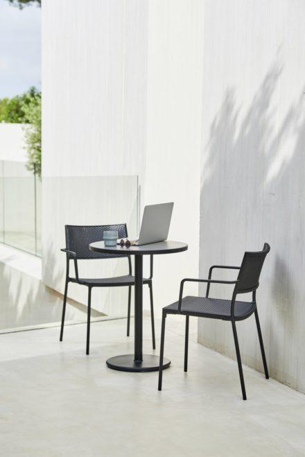 """Cane-line Gartenstuhl """"Less"""", Gestell Aluminium lavagrau, Geflecht schwarz und Bistrotisch """"Go"""""""