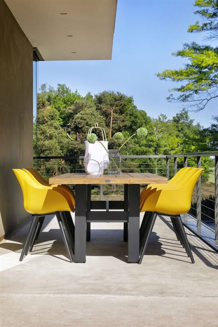 "Hartman ""Sophie Studio"" Organic Chair, Gestell Aluminium carbon black, Sitzschale curry yellow mit ""Sophie Yasmani"" Gartentisch, Gestell carbon black, Teakplatte"