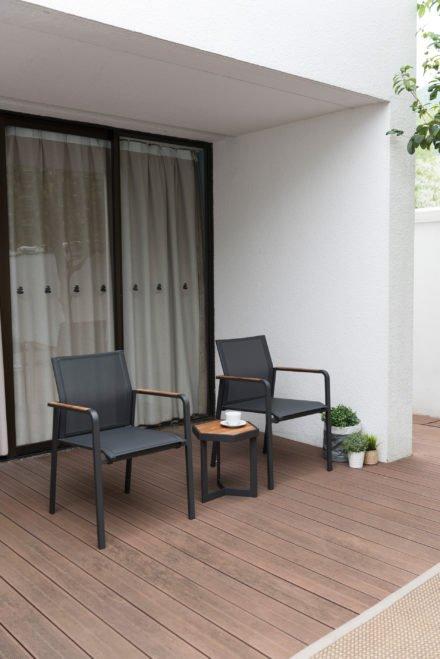 "Zebra Stapelsessel ""Bee"", Gestell Aluminium graphite, Teakarmlehnen, Sitzfläche Textilgewebe carbon grey und Beistelltisch ""Sixx"""