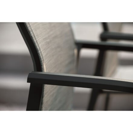 "Stern ""Kari"" Stapelsessel hoch, Gestell Aluminium schwarz, Sitzfläche Textilbespannung Leinen grau, Detail"