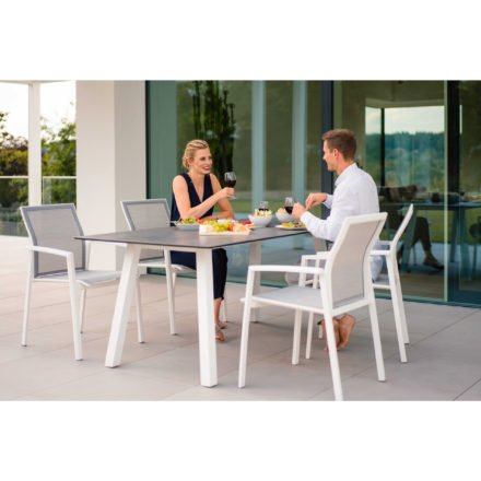 """Stern Stapelsessel """"Kari"""", Gestell Aluminium weiß, Textilgewebe silber mit Gartentisch """"Interno"""", Gestell Aluminium weiß, Tischplatte HPL"""