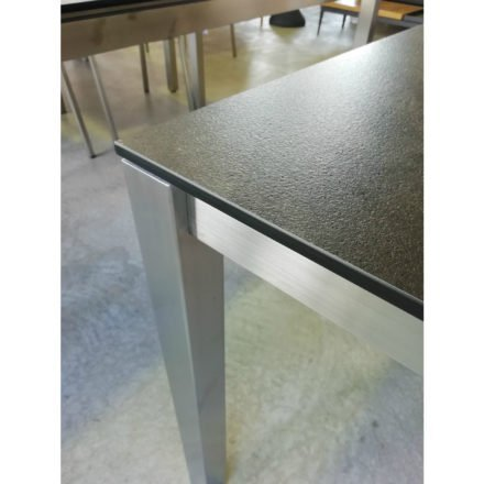 Stern Gartentisch Sondermodell, Gestell Edelstahl Vierkant, Tischplatte HPL Beton dunkel, Tischplattenkante gerade