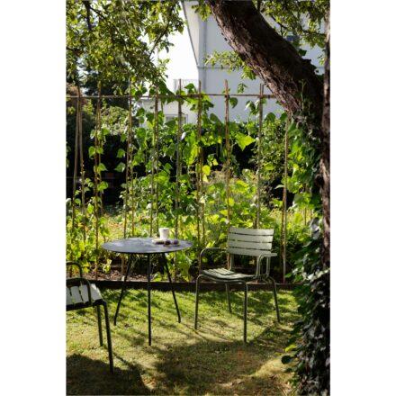 """Houe """"Circum"""" Gartentisch, Gestell Stahl schwarz, Tischplatte Alu schwarz und """"ReClips"""" Gartenstuhl, Gestell Aluminium olive green, Lamellen aus recyceltem Kunststoff, olive green"""