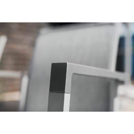 """Kettler """"Rasmus"""" Stapelsessel, Gestell Aluminium silber, Armlehne graphit, Polster Textilene® hellgrau, Detail Armlehne"""