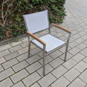 """4Seasons Outdoor """"Nexxt"""" Stapelsessel. Gestell Edelstahl. Textilgewebe Ash Grey, Armlehnen Teak - Ausstellung Karlsruhe"""