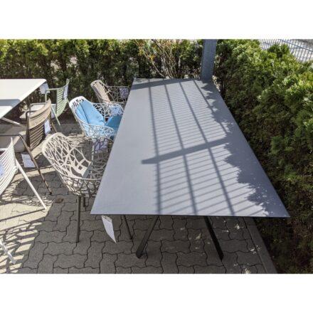"""Fast Gartenmöbel-Set mit """"Radice"""" Tisch, Aluminium metallgrau lackiert, """"Forest"""" Stühle taupe & weiß aus Aluminium, Ausstellung Karlsruhe"""