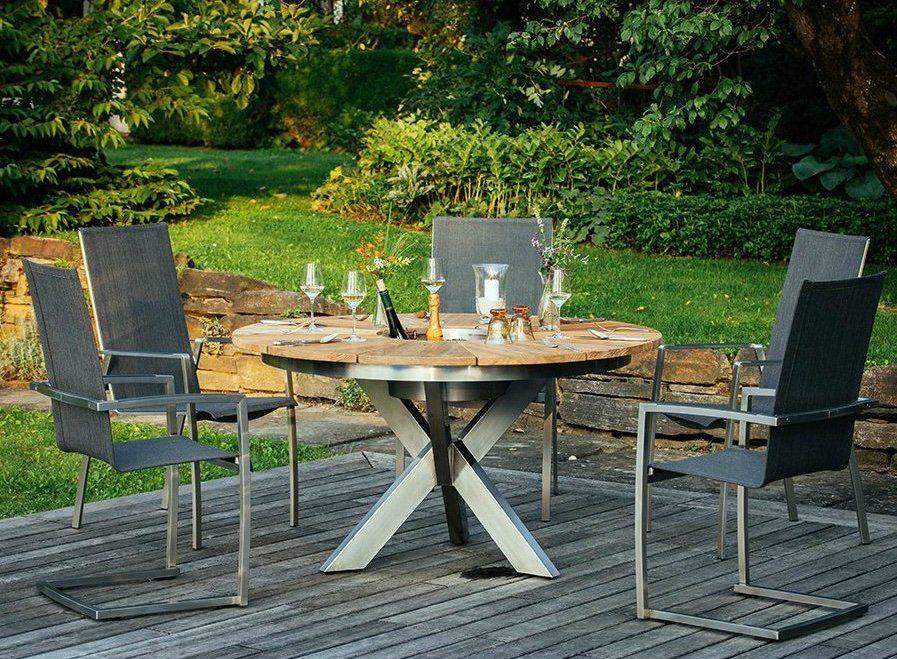 Runder Gartentisch mit Stühlen auf einer Terrasse