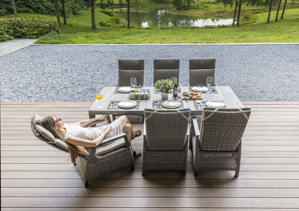 Frau entspannt auf Gartensessel mit verstellbarer Rückenlehne