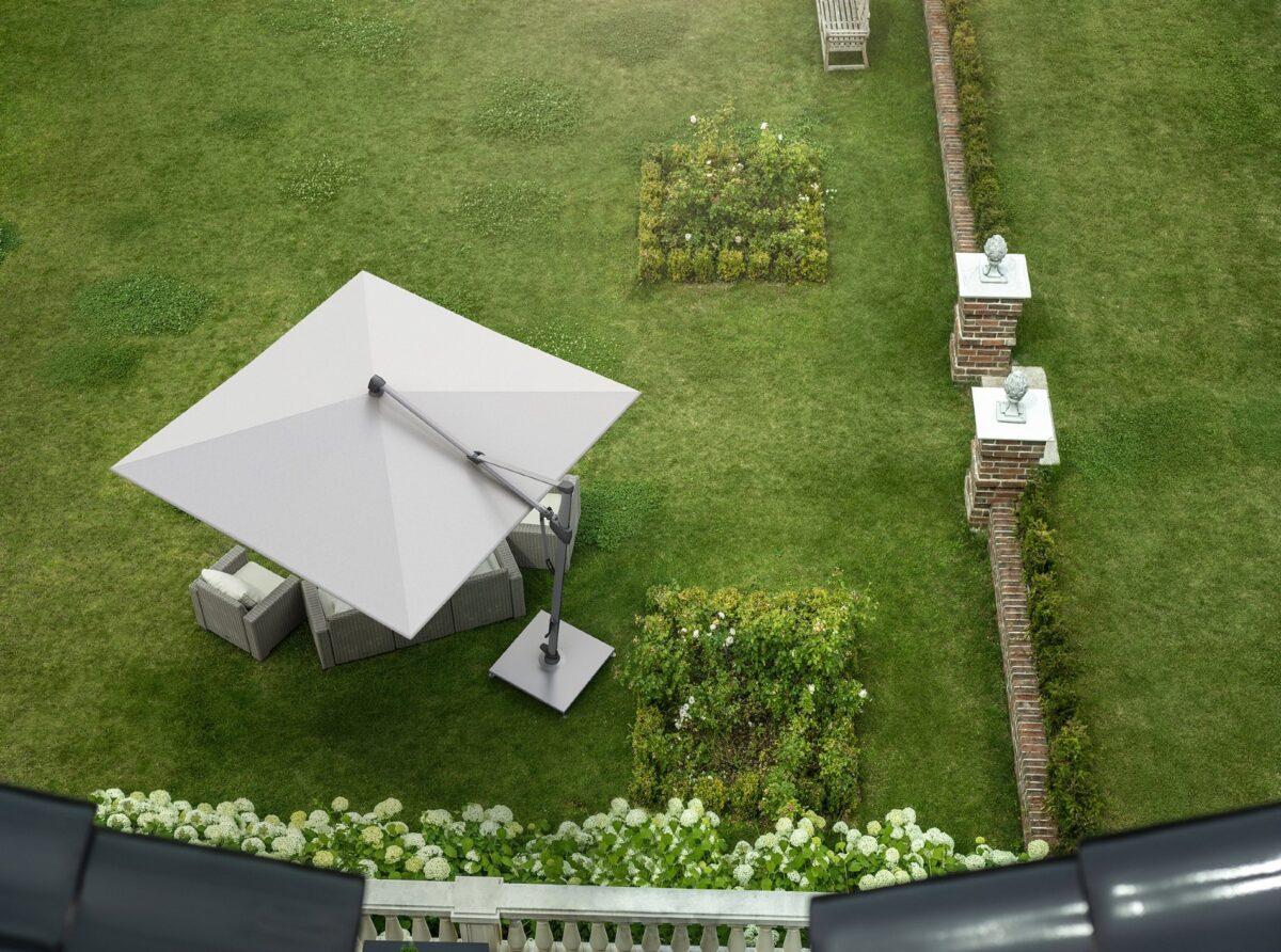 Heller, rechteckiger Sonnenschirm über einer Garten-Sitzgruppe