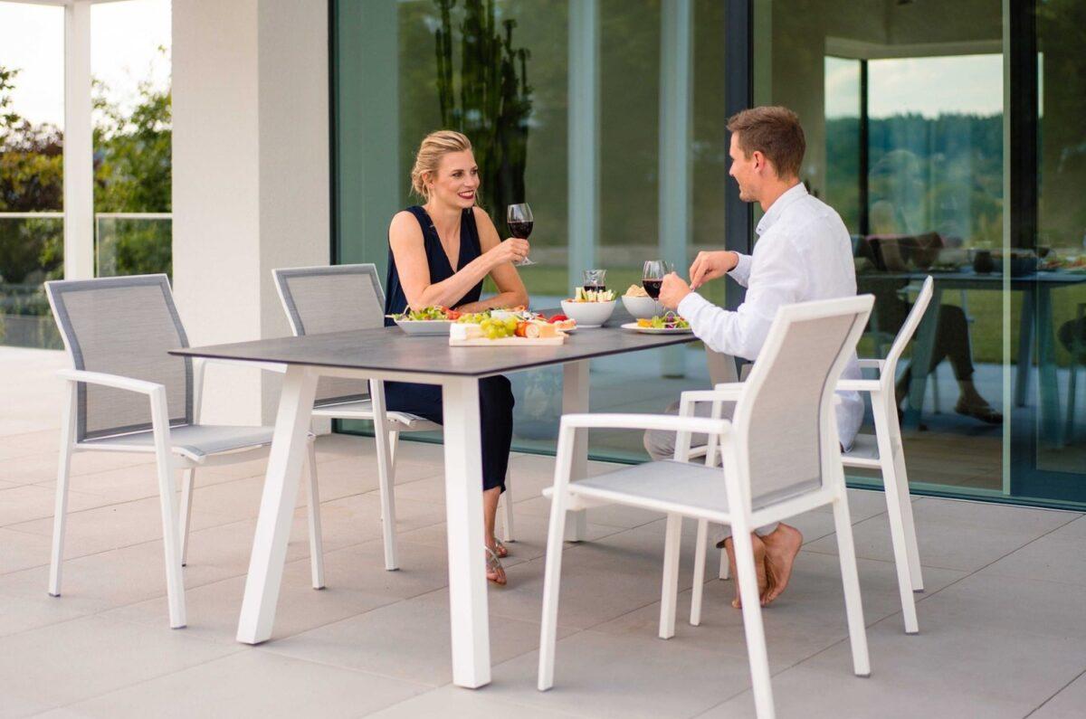 Paar genießt ein Essen an ihrem Gartentisch